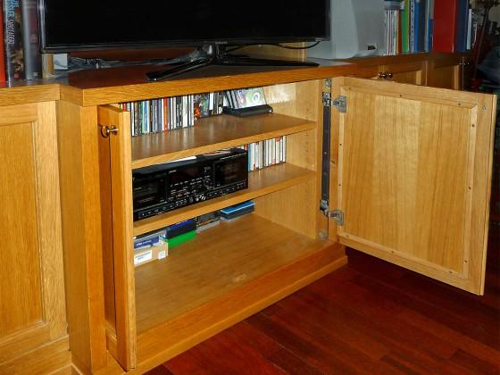 Componente porta TV e accessori: particolare delle ante a cerniera retraibili