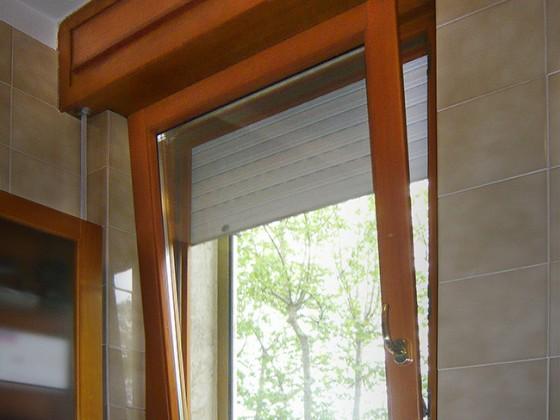 Finestra da cucina o bagno con apertura vasistas