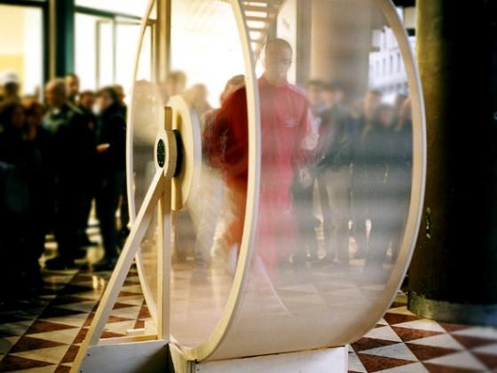 Ruota in legno massello realizzata su disegno di studenti dell'Accademia di Brera, esposta e utilizzata in centro a Milano (nella foto l'ideatore corre nella ruota)
