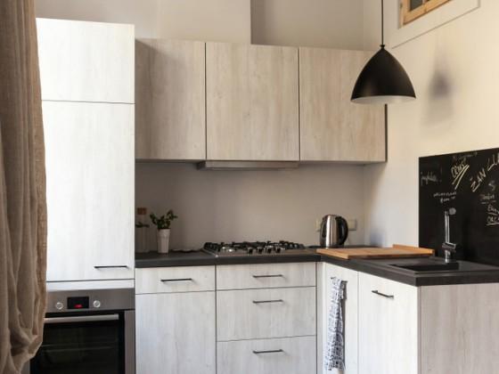 Cucina completa ad angolo, in miniappartamento