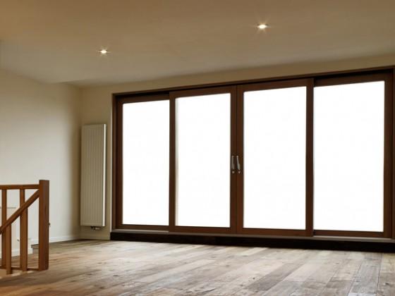 Sostituzione di ampie porte-finestre e realizzazione di ringhiera con corrimano per scala interna