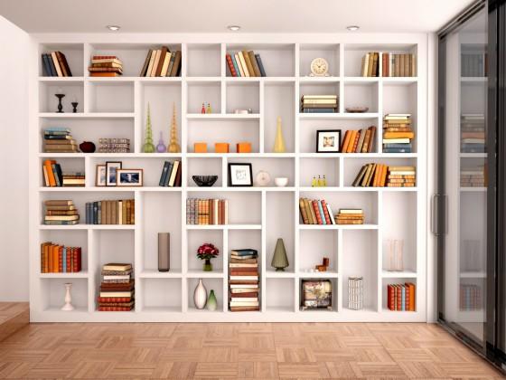Libreria a giorno a tutta parete a struttura modulare, costruita su misura in legno laccato
