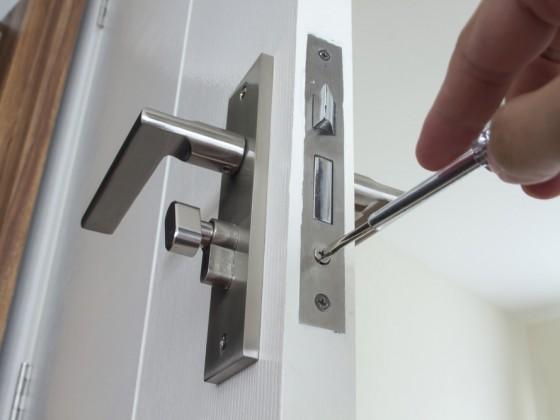 Riparazione/manutenzione di serrature e maniglie, con montaggio di cilindri europei