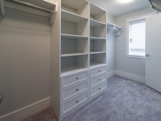 Cabina-armadio attrezzata con appendiabiti, cassettiera e ripiani a giorno