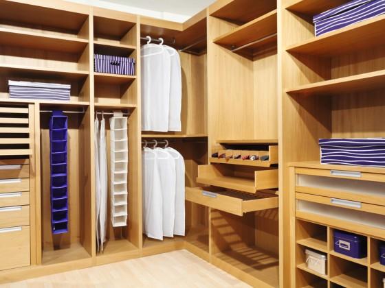 Arredamento per negozio con soluzioni espositive e contenitive multiple