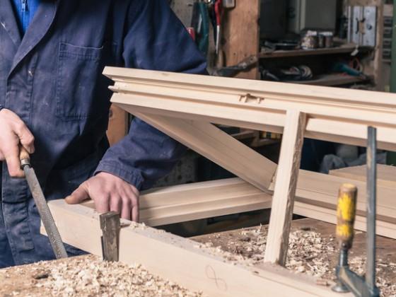 Realizzazione di telai in legno massello con ante in nobilitato di varie essenze, per la chiusura di nicchie o vani (caldaia, contatore, ecc.)